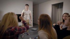 Szczęśliwi uśmiechnięci wiek dojrzewania bawić się szarady w żywym pokoju, zabawy gra dla przyjęcia zdjęcie wideo