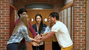 Szczęśliwi ucznie stawia ich ręki wpólnie zdjęcie wideo