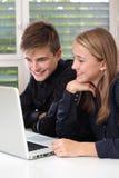 Szczęśliwi ucznie target848_1_ na laptopie Zdjęcia Stock