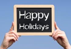 Szczęśliwi wakacje - kobieta wręcza mienia chalkboard z tekstem Obrazy Royalty Free