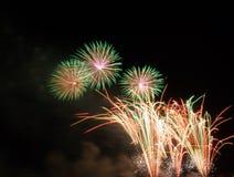 Szczęśliwi wakacji fajerwerki przy nocą Obrazy Royalty Free