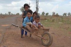 Szczęśliwi wiejscy hindusów dzieciaki fotografia stock