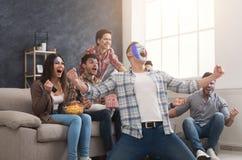 Szczęśliwi wielbiciele sportu z barwionymi twarzami w domu fotografia royalty free