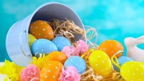 Szczęśliwi wielkanoc ornamenty, jajka i wiosna kwiaty, Zdjęcia Stock