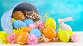 Szczęśliwi wielkanoc ornamenty, jajka i wiosna kwiaty, Zdjęcie Stock