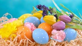 Szczęśliwi wielkanoc ornamenty, jajka i wiosna kwiaty, Fotografia Stock