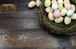 Szczęśliwi Wielkanocni cukierku Easter jajka w ptakach gniazdują z kopii przestrzenią Zdjęcie Royalty Free