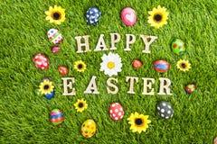 Szczęśliwi Wielkanocni jajka na trawie horyzontalnej ilustracja wektor