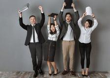 szczęśliwi wielokulturowi ludzie biznesu z falcówkami i notatników stać zdjęcie stock