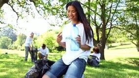Szczęśliwi wolontariuszi podnosi up grat w parku zdjęcie wideo
