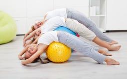 Szczęśliwi zdrowi ludzie ćwiczy w domu fotografia royalty free