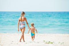 szczęśliwie bawić się ładnych potomstwa chłopiec plażowa dziewczyna Obrazy Stock