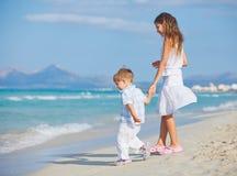 szczęśliwie bawić się ładnych potomstwa chłopiec plażowa dziewczyna Zdjęcie Stock