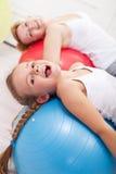 Szczęśliwy ćwiczyć - mała dziewczynka i jej matka zdjęcie stock