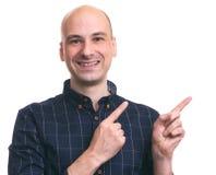 Szczęśliwy łysy mężczyzna wskazuje palce obraz royalty free