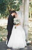 Szczęśliwy ślub pary państwo młodzi pozuje w botanicznym parku obraz stock