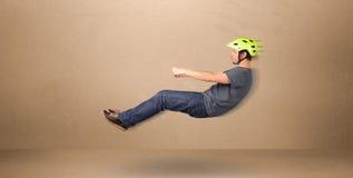 Szczęśliwy śmieszny mężczyzna jedzie latającego samochodowego pojęcie Obrazy Stock