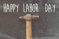 Szczęśliwy święto pracy teksta znak młot, pracujący narzędzie na czarnym backgro Obraz Stock