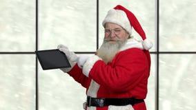 Szczęśliwy Święty Mikołaj przedstawia komputer osobisty pastylkę zdjęcie wideo