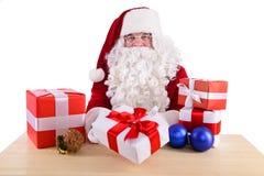 Szczęśliwy Święty Mikołaj z giftboxes Zdjęcie Royalty Free