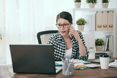 Szczęśliwy żeński biznesowy pracownik używa mobilnego laptop obraz royalty free