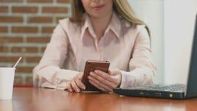 Szczęśliwy żeński freelancer pracuje na mądrze telefonie, ogląda wideo zbiory wideo