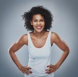 Szczęśliwy żeński opierać naprzód z rękami na biodrach obrazy royalty free