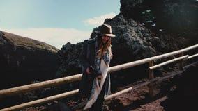 Szczęśliwy żeński podróży blogger bierze fotografię Vesuvius wulkanu krater, obraca kamera i wycieczkuje w dół drogi ono uśmiecha zbiory wideo