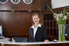 Szczęśliwy żeński recepcjonista przy hotelem Obraz Royalty Free