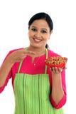 Szczęśliwy żeński szef kuchni trzyma puchar migdały Zdjęcie Royalty Free