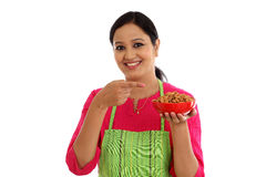 Szczęśliwy żeński szef kuchni trzyma puchar migdały Zdjęcie Stock