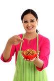 Szczęśliwy żeński szef kuchni trzyma puchar migdały Obrazy Stock