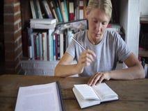 Szczęśliwy żeński uczeń robi pracie domowej zdjęcie wideo
