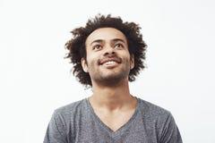 Szczęśliwy afrykański mężczyzna ono uśmiecha się przyglądający up nad białym tłem zdjęcia royalty free