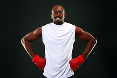 Szczęśliwy afrykański mężczyzna w bokserskich rękawiczkach Obraz Royalty Free