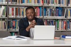 Szczęśliwy Afrykański Męski uczeń Z laptopem W bibliotece Fotografia Royalty Free