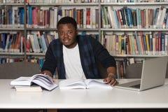 Szczęśliwy Afrykański Męski uczeń Z laptopem W bibliotece Zdjęcie Royalty Free