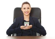 Szczęśliwy agent nieruchomości, trzyma domowego modela Zdjęcia Stock