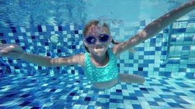 Szczęśliwy aktywny podwodny dziecka dopłynięcie w basenie przy dnia czasem zdjęcie wideo