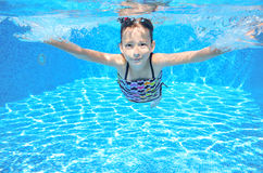 Szczęśliwy aktywny podwodny dziecko pływa w basenie Fotografia Royalty Free