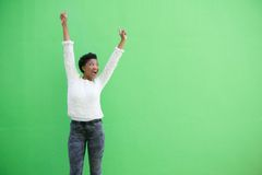 Szczęśliwy amerykanin afrykańskiego pochodzenia kobiety doping z rękami podnosić Fotografia Royalty Free