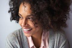 Szczęśliwy amerykanin afrykańskiego pochodzenia kobiety ono uśmiecha się Fotografia Royalty Free