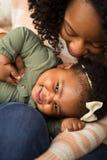 Szczęśliwy amerykanin afrykańskiego pochodzenia macierzysty i jej daugher Fotografia Stock