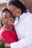 Szczęśliwy amerykanin afrykańskiego pochodzenia macierzysty i jej daugher Zdjęcia Stock