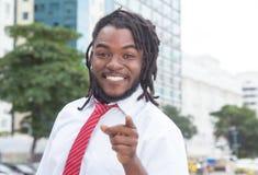 Szczęśliwy amerykanina afrykańskiego pochodzenia biznesmen z dreadlocks w mieście Zdjęcie Stock