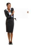 Szczęśliwy amerykanina afrykańskiego pochodzenia bizneswoman trzyma białego billbaord odizolowywający Zdjęcia Royalty Free