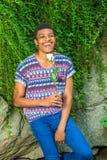 Szczęśliwy amerykanina afrykańskiego pochodzenia mężczyzna z biel róży czekaniem dla ciebie przy Ce Fotografia Royalty Free