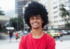 Szczęśliwy amerykanina afrykańskiego pochodzenia mężczyzna z typowym afro włosy Zdjęcia Royalty Free