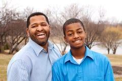 Szczęśliwy amerykanina afrykańskiego pochodzenia ojciec, syn i Zdjęcia Royalty Free