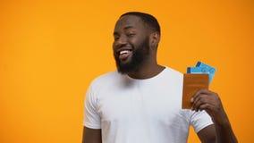Szczęśliwy amerykanina mężczyzna pokazuje paszport z lota gestem i biletami tak zdjęcie wideo